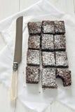 Schokoladenschokoladenkuchen mit Messer Stockfotos