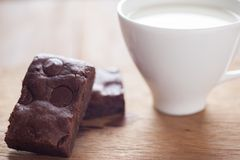 Schokoladenschokoladenkuchen mit Milch in einer Kappe Stockfotografie