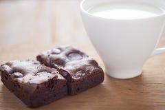 Schokoladenschokoladenkuchen mit Milch in einer Kappe Lizenzfreie Stockfotos