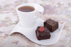 Schokoladenschokoladenkuchen mit Tee Lizenzfreie Stockfotografie