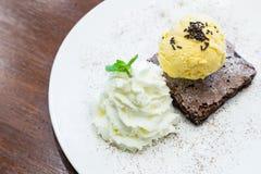 Schokoladenschokoladenkuchen mit Vanilleeis auf dem Teller Lizenzfreies Stockfoto