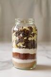 Schokoladenschokoladenkuchenbestandteile in einem Glasgefäß Lizenzfreie Stockfotos
