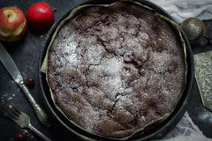 Schokoladenschokoladenkuchenkäsekuchen auf dunklem Hintergrund Selektiver Fokus Stockbilder