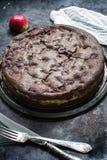 Schokoladenschokoladenkuchenkäsekuchen auf dunklem Hintergrund Selektiver Fokus Stockfotos