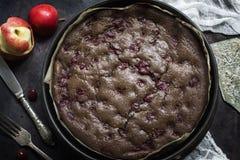Schokoladenschokoladenkuchenkäsekuchen auf dunklem Hintergrund Selektiver Fokus Lizenzfreie Stockfotografie