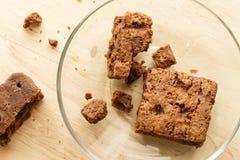 Schokoladenschokoladenkuchenkuchen im hölzernen Hintergrund Stockfotos