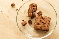 Schokoladenschokoladenkuchenkuchen mit Staurolle im hölzernen Hintergrund Lizenzfreie Stockfotografie