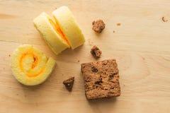 Schokoladenschokoladenkuchenkuchen mit Staurolle im hölzernen Hintergrund Stockbild