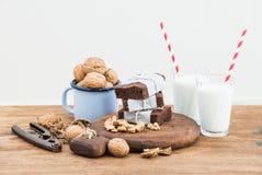 Schokoladenschokoladenkuchenscheiben an eingewickelt in Papier- und in müdem mit Seil, Milchgläser, Streifenstrohe, Emailbecher v Stockbilder