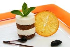 Schokoladenschwammnachtisch mit orange Scheibe lizenzfreies stockbild