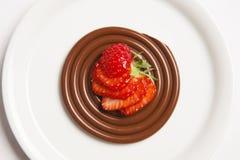 Schokoladenspaghettis mit roten Beeren Stockbild