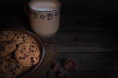 Schokoladensplitter coockies mit der Milch, mystisch Stockfotografie