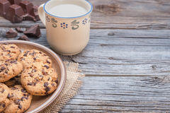 Schokoladensplitter coockies mit Milch Lizenzfreie Stockfotografie