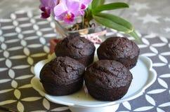 Schokoladensplitterbananenmuffins und -orchidee Lizenzfreies Stockfoto