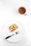 Schokoladensplitterkuchen auf weißer Platte Stockfoto