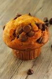 Schokoladensplittermuffin auf hölzernem Hintergrund stockfotos