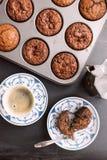 Schokoladensplittermuffins und -kaffee Stockbilder