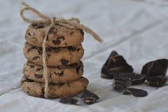 Schokoladensplitterplätzchen auf rustikalem Hintergrund nahaufnahme stockfotografie