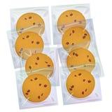 Schokoladensplitterplätzchen, frisch gebacken vier Plätzchen im transparenten Plastikpaket lokalisiert auf weißem Hintergrund Hel Stockfotos