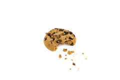 Schokoladensplitterplätzchen mit dem Biss herausgenommen Lizenzfreie Stockfotos