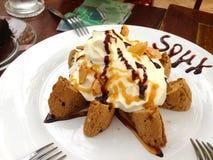 Schokoladensplitterplätzchen mit Eiscreme Stockfoto
