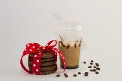 Schokoladensplitterplätzchen und -kaffee Lizenzfreies Stockfoto