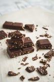 Schokoladenstücke auf einer Tabelle stockfotos