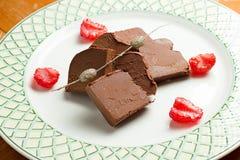 Schokoladenstücke mit Erdbeeren Stockbilder