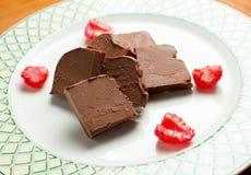 Schokoladenstücke mit Erdbeeren Lizenzfreies Stockfoto