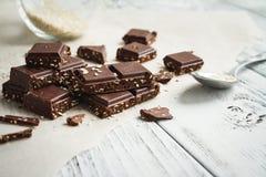 Schokoladenstücke mit indischem Sesam auf einer Tabelle stockfotografie