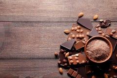 Schokoladenstücke mit Kakaopulver lizenzfreies stockfoto