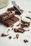 Schokoladenstücke mit Samen des indischen Sesams Stockbild