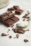 Schokoladenstücke mit Samen des indischen Sesams Lizenzfreie Stockfotografie