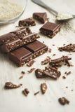 Schokoladenstücke mit Samen des indischen Sesams Stockfotografie