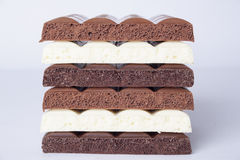 Schokoladenstapel auf weißem Hintergrund Stockfotos