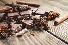 Schokoladenstapel und Samen des indischen Sesams auf einem Holztisch Lizenzfreies Stockfoto