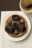 Schokoladentörtchen mit Dekoration und Tasse Kaffee Lizenzfreies Stockfoto