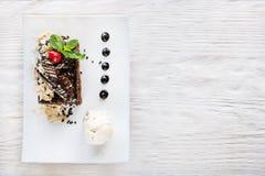 Schokoladentorte auf weißer Platte mit Dekoration Stockfotografie