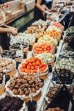 Schokoladentrüffel-, Süßigkeits- und Bonbonspeicher auf Schaukasten im Fabrikspeicher Lizenzfreies Stockbild