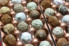 Zusammenstellung von Schokoladen-Trüffeln Lizenzfreies Stockbild