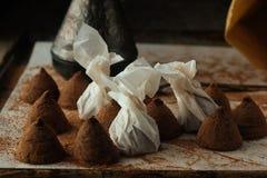 Schokoladentrüffeln auf dem Kochen des natürlichen Lichtes des Behälters Lizenzfreie Stockfotografie