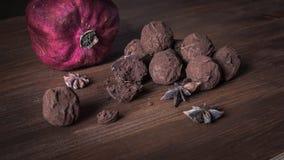 Schokoladentrüffeln auf strukturiertem hölzernem Hintergrund Stockfotos