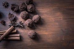 Schokoladentrüffeln auf strukturiertem hölzernem Hintergrund, Draufsicht Lizenzfreie Stockfotografie