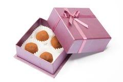 Schokoladentrüffeln in wenigem Kasten Stockbilder