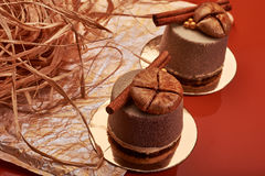 Schokoladenvelour-Kremeiskuchen mit Feigen und Zimt Stockfoto