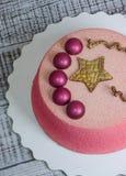 Schokoladenvelourkuchen verziert mit Hemisphären und goldenem Stern Lizenzfreie Stockbilder