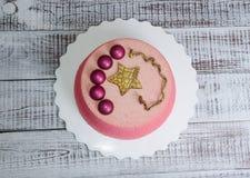 Schokoladenvelourkuchen verziert mit Hemisphären und goldenem Stern Lizenzfreies Stockbild