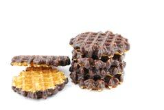 Schokoladenwaffeln gestapelt auf Weiß Lizenzfreie Stockfotografie