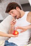 Schokoriegel anstelle des Apfels Lizenzfreie Stockbilder