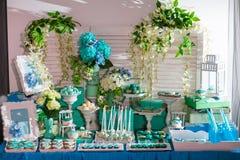 Schokoriegel auf Hochzeitszeremonie mit vielen verschiedenen Süßigkeiten und Getränken Stockbild